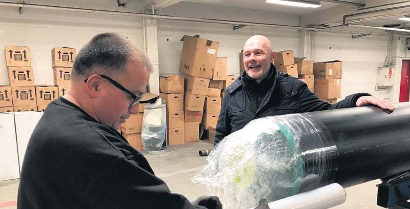 Nordic Pipe salgschef Tommy Clement besøger produktionen af præisolerede rør i Middelfart. Billedet er taget i forbindelse med omtale i Melfar Posten.